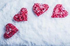 Vier mooie romantische uitstekende harten op een witte ijzige sneeuwachtergrond Liefde en St het concept van de Valentijnskaarten Royalty-vrije Stock Fotografie