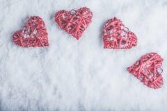 Vier mooie romantische uitstekende harten op een witte ijzige sneeuwachtergrond Liefde en St het concept van de Valentijnskaarten Stock Foto