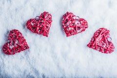 Vier mooie romantische uitstekende harten op een witte ijzige sneeuwachtergrond Liefde en St het concept van de Valentijnskaarten Royalty-vrije Stock Foto