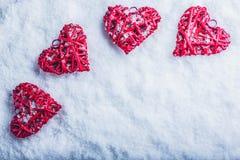 Vier mooie romantische uitstekende harten op een witte ijzige sneeuwachtergrond Liefde en St het concept van de Valentijnskaarten Stock Afbeelding