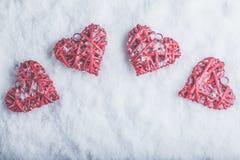 Vier mooie romantische uitstekende harten op een witte ijzige sneeuwachtergrond Liefde en St het concept van de Valentijnskaarten Royalty-vrije Stock Foto's