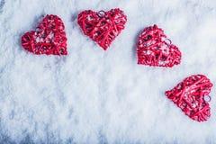 Vier mooie romantische uitstekende harten op een witte ijzige sneeuwachtergrond Liefde en St het concept van de Valentijnskaarten Royalty-vrije Stock Afbeeldingen
