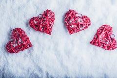 Vier mooie romantische uitstekende harten op een witte ijzige sneeuwachtergrond Liefde en St het concept van de Valentijnskaarten Stock Afbeeldingen