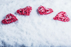 Vier mooie romantische uitstekende harten op een witte ijzige sneeuwachtergrond Liefde en St het concept van de Valentijnskaarten Stock Foto's