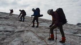 Vier mountaneers, die mit Eisäxten in Georia im Sommer in SlomO stehen und lächeln stock footage