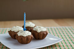 Vier muffins met één kaars Stock Afbeeldingen