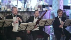 Vier Musiker im Restaurant stock video footage