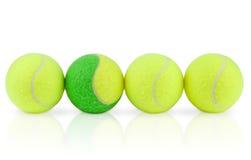 Vier opgestelde tennisballen Stock Afbeelding
