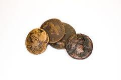 Vier oude muntstukken met portretten van keizers op een witte achtergrond royalty-vrije stock fotografie