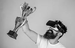 Vier overwinning Voel overwinning in virtuele werkelijkheidsspelen Bereik overwinning Hipster virtuele gamer geworden voltooiing  stock afbeelding