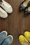 Vier paren vrouwen` s schoenen van wit, geel, blauw en zwart  Stock Foto