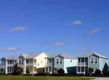 Vier pastelkleurhuizen in een rij stock foto's