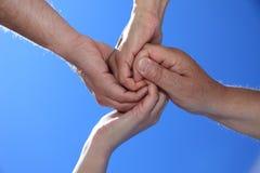 Vier Personen, die Hände anhalten Lizenzfreies Stockbild