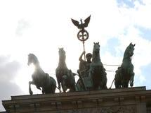 Vier Pferde mit dem Kampfwagen und der Göttin sind das Symbol von t Stockfoto