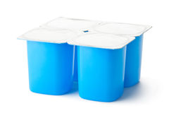 Vier plastic containers voor zuivelproducten met foliedeksel Stock Foto