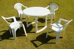 Vier plastic stoelen stock foto