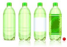 Vier Plastikflaschen des gekohlten Getränks mit Kennsätzen Stockfotografie