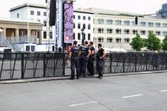 Vier politiemannenpatrouille stock fotografie