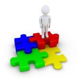 Vier Puzzlespielstücke angeschlossen und eine Person Lizenzfreie Stockbilder