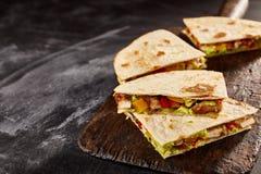 Vier quesadillastukken op donkere achtergrond stock afbeelding