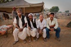 Vier rajasthani Männer auf einem Bett Lizenzfreie Stockfotografie