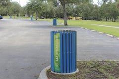Vier recycleren Bakken in een Parkeerterrein stock foto's