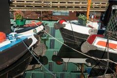 Vier reflektierten die festgemachten Boote Lizenzfreie Stockfotos