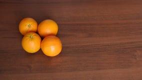 Vier reife saftige Orangen auf hölzernem Hintergrund stock video footage