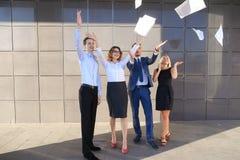 Vier reizend junge Leute, zwei Frauen und zwei Mannstudenten, entr Lizenzfreie Stockfotografie
