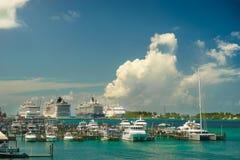Vier riesige Kreuzschiffe in Folge an Nassau-Hafen mit vielem Yachtvordergrund bahamas Lizenzfreie Stockfotografie