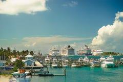 Vier riesige Kreuzschiffe in Folge an Nassau-Hafen mit vielem Yachtvordergrund bahamas Lizenzfreies Stockfoto