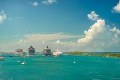 Vier riesige Kreuzschiffe in Folge an Nassau-Hafen mit vielem Yachtvordergrund bahamas Lizenzfreie Stockfotos