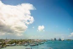 Vier riesige Kreuzschiffe in Folge an Nassau-Hafen mit vielem Yachtvordergrund bahamas Lizenzfreies Stockbild