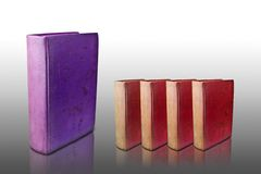 Vier rode dekkingsboeken en groot purper dekkingsboek Stock Foto