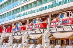 Vier Rode en Witte Reddingsboten op een Cruiseschip Stock Foto