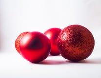 Vier rode Kerstmisballen Royalty-vrije Stock Afbeelding