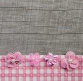 Vier rosa handgemachte Blumen auf hölzernem grauem schäbigem schickem Hintergrund Lizenzfreies Stockbild