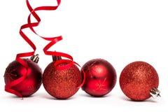 Vier rote Weihnachtsballdekorationen Lizenzfreie Stockfotos