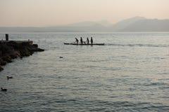 Vier Ruderer, die eine Bootsstellung rudern lizenzfreies stockbild