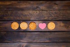 Vier runde Plätzchen und rosa Herz gemacht vom Papier Lizenzfreies Stockbild