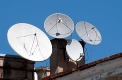 Vier Satellitenschüsselantennen Stockbild