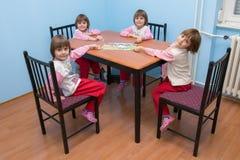 Vier schöne identische Mädchen - Vierergruppe lizenzfreie stockfotos