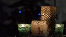 Vier schöne Kerzen auf Hintergrund des blinkenden Weihnachtsbaums stock footage