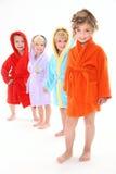 Vier schöne Kinder in den Bademäntel stockbilder