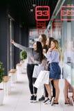 Vier schöne Mädchen, die selfie im Einkaufszentrum tun stockbild