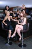 Vier schöne Mädchen im Stab Stockfotos