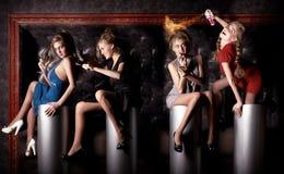 Vier Schönheitsmädchen haben eine gute Zeit am Verein Stockfoto