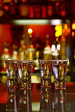 Vier Schüsse Tequila mit Kalk und Salz stockbilder