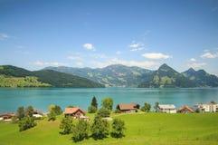 Vier Schichten einer Schweizer Landschaft: Felder, Seen, Berge und blauer Himmel Lizenzfreie Stockfotografie