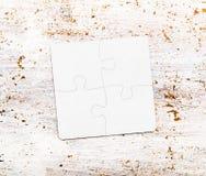 Vier schlossen weiße Puzzlespielstücke auf Tabelle an Lizenzfreie Stockbilder
